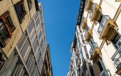 """Madrid y Barcelona se presentan como las capitales europeas """"preferidas"""" para invertir en propiedades comerciales, junto con Ámsterdam y Budapest, y por delante de Londres, Berlín, París, Dublín y Milán, según el índice de Iberian Commercial Property Monitor, una iniciativa de RICS. De acuerdo con este estudio, la inversión en propiedades comerciales en España se presentan """"al alza"""". Así, las previsiones de inversión en activos han mejorado en Europa de manera general en el segundo trimestre del año. A nivel macroeconómico, para los inversores encuestados, una coyuntura global """"menos positiva"""", marcada por un repunte del proteccionismo comercial y una subida de tipos de interés en la Unión Europea podría afectar moderadamente al crecimiento de las economías española y portuguesa. En este sentido, para el director de Estudios Económicos de RICS, Simon Rubinsohn, España crecerá más del 2% en 2019. En cualquier caso, ha apuntado que los indicadores muestran que la preocupación acerca del mercado es mayor en otras ciudades europeas. Por su parte, el socio de Inmobiliario de CMS Albiñana & Suárez de Lezo, Álvaro Otero, ha resaltado el momento """"dulce"""" que vive la inversión inmobiliaria en España, aunque """"con matices"""", y ha percibido un mayor estudio de las operaciones antes de su cierre, para contribuir a un ciclo inversor inmobiliario """"más sano"""" a futuro. En la misma línea, para el presidente de RICS en España, Eduardo Fernández-Cuesta, en España persisten la capacidad inversora y las oportunidades de inversión. """"La economía se está enfriando un poco, pero seguimos por encima de la media de los países europeos"""", ha resaltado. En 2019 y 2020, Fernández-Cuesta ha apuntado que estará por encima del 2%, por lo que ha declarado que sigue siendo una economía """"robusta"""" y con unos """"buenos"""" fundamentales. En opinión del responsable de H.I.G Capital, Pedro Abella, la reestructuración bancaria en España ha sido """"muy positiva"""" para favorecer un nuevo ciclo inmobiliario alcista. A su"""