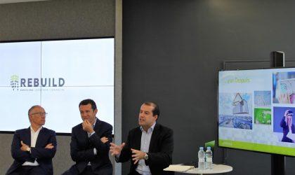 """La plataforma Rebuild, que se celebrará entre el 26 y el 28 de Septiembre en el CCIB de Barcelona, estudiará las claves para entender el futuro de la edificación, que pasan por impulsar la digitalización, la sostenibilidad y la industrialización en todas las fases de la construcción. Así lo ha asegurado el presidente de Rebuild, Juan Velayos, durante la presentación del evento celebrada este miércoles en Madrid, que ha negado conocer """"ningún otro evento"""" que reúna tanto conocimiento sobre la transformación en el mundo de la construcción y la arquitectura. En la presentación también ha participado el director general, Alberto Planas, que ha pronosticado una afluencia de entre 9.000 y 10.000 participantes en un evento que ve como """"un antes y un después"""" en todas las fases de un sector que es """"muy reticente"""" a los cambios. El sector, tal y como ha mencionado Velayos, va hacia un entorno """"más colaborativo"""" entre todos los eslabones de la cadena de valor, lo que fomentará la creación de nuevas oportunidades de negocio y conocimientos, así como una """"mayor innovación y disrupción"""" Por su parte, el director del Congreso Nacional de Arquitectura Avanzada y Construcción 4.0, Ignasi Pérez, ha explicado en la presentación del evento cómo la construcción, tras verse tan desfavorecida por la crisis, ha vuelto ahora a """"ser interesante"""" gracias a que las 'startups' han traído nuevas propuestas disruptivas e innovadoras desde hace dos o tres años. Arnal ha declarado, además, que todos estos cambios e innovación tecnológica no van a producirse lentamente a causa de las legislaciones que vienen, ya que, por ejemplo, desde Europa nos van a pedir que en 2020 nuestras viviendas sean de consumo casi nulo. Por ello, iniciativas como Rebuild, que """"permiten aunar esfuerzos y establecer alianzas"""" a favor de este nuevo modelo productivo, ayudan a que el sector vuelva a desempeñar un """"papel fundamental"""" en España como motor de crecimiento económico sostenido en el tiempo, ha enfatizado Velayos."""